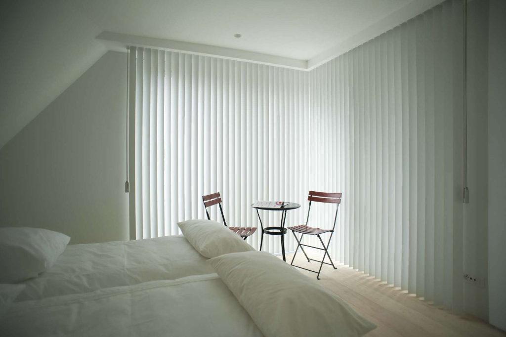 LamVert_Stores043_Lamellen-verticaal_Store-californien_Kunststof-slaapkamer_pvc