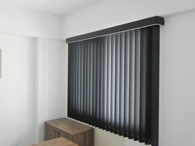 LamVert_Stores050_Lamellen-verticaal_Store-californien_PVC-donkergrijs-afdekprofiel-ODD