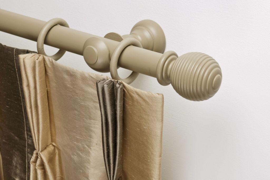 Rails_Stores019_houten-roede-met-ringen_eindkap-geribbeld_tringle-avec-anneaux_102