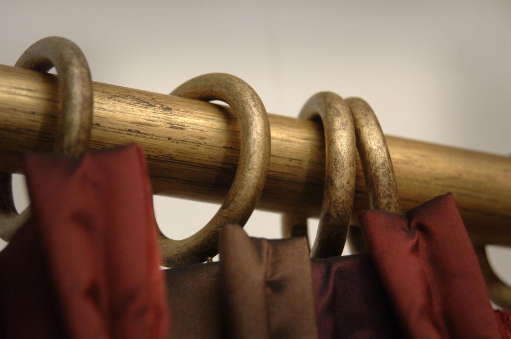 Rails_Stores021_houten-roede-ringen_goudkleurig_rail-bois-anneaux_doré