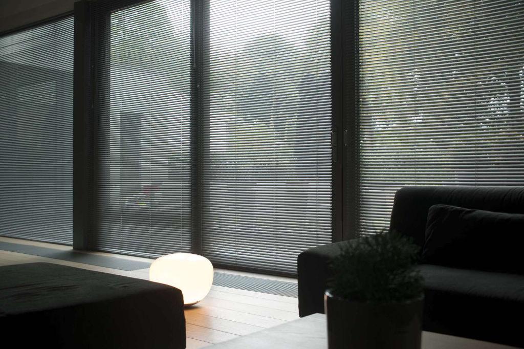 Veni_Stores005_ALU_Lamellen-horizontaal_Store-vénitien_horizontal-blinds-slats_50mm_ladderkoord_leefruimte