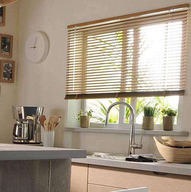 Veni_Stores013_Hout-bois_Lamellen-horizontaal_Store-vénitien_horizontal-blinds-slats_lichtkleurig-hout_keuken_