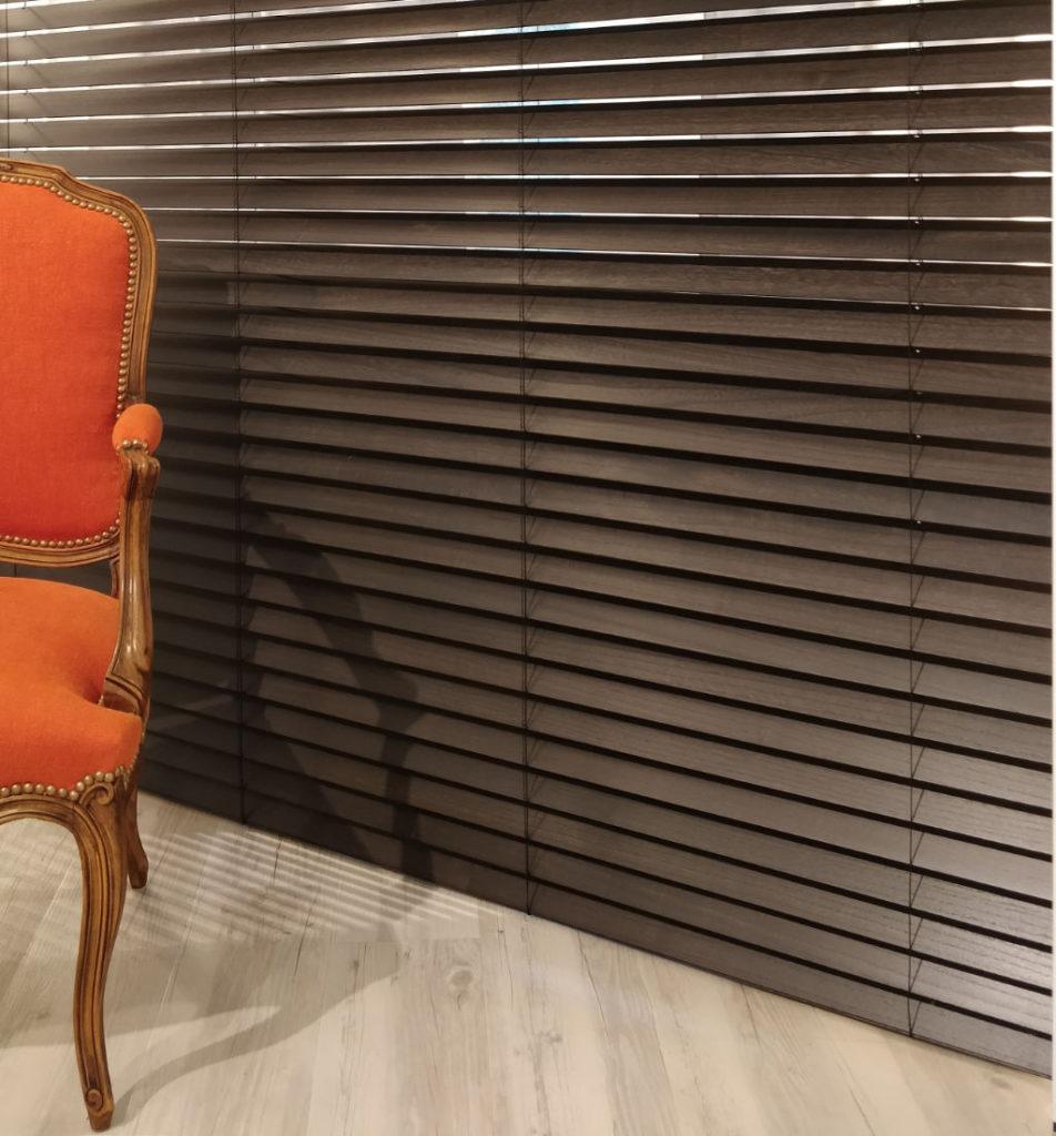 Veni_Stores014_Hout-bois_Lamellen-horizontaal_Store-vénitien_horizontal-blinds-slats__overzicht-showroom_IMG_20171103_133853A