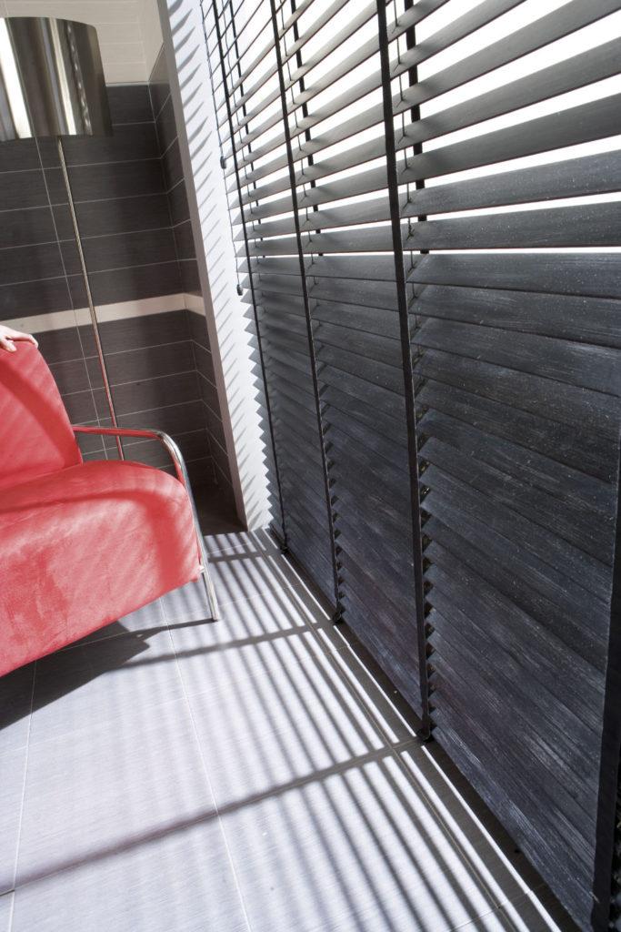 Veni_Stores015_Hout-bois_Lamellen-horizontaal_Store-vénitien_horizontal-blinds-slats_50mm_Bamboe-grijs_ladderband