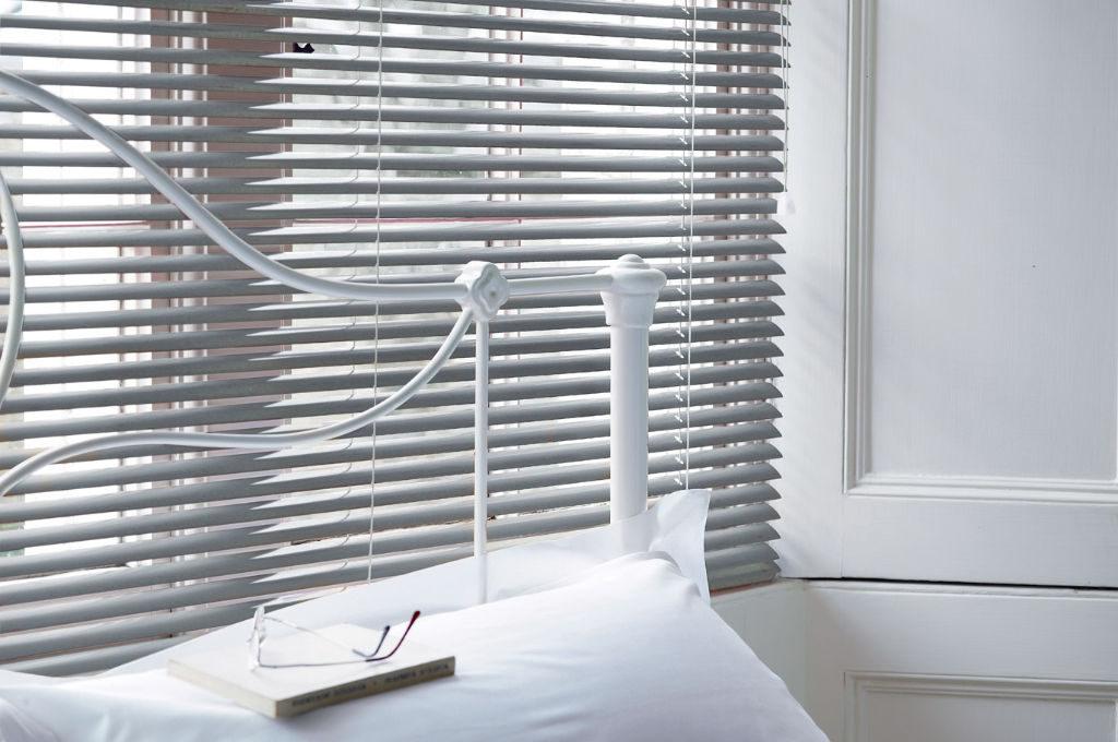 Veni_Stores016_ALU_Lamellen-horizontaal_Store-vénitien_horizontal-blinds-slats_50mm_zilvergrijs-slaapkamer