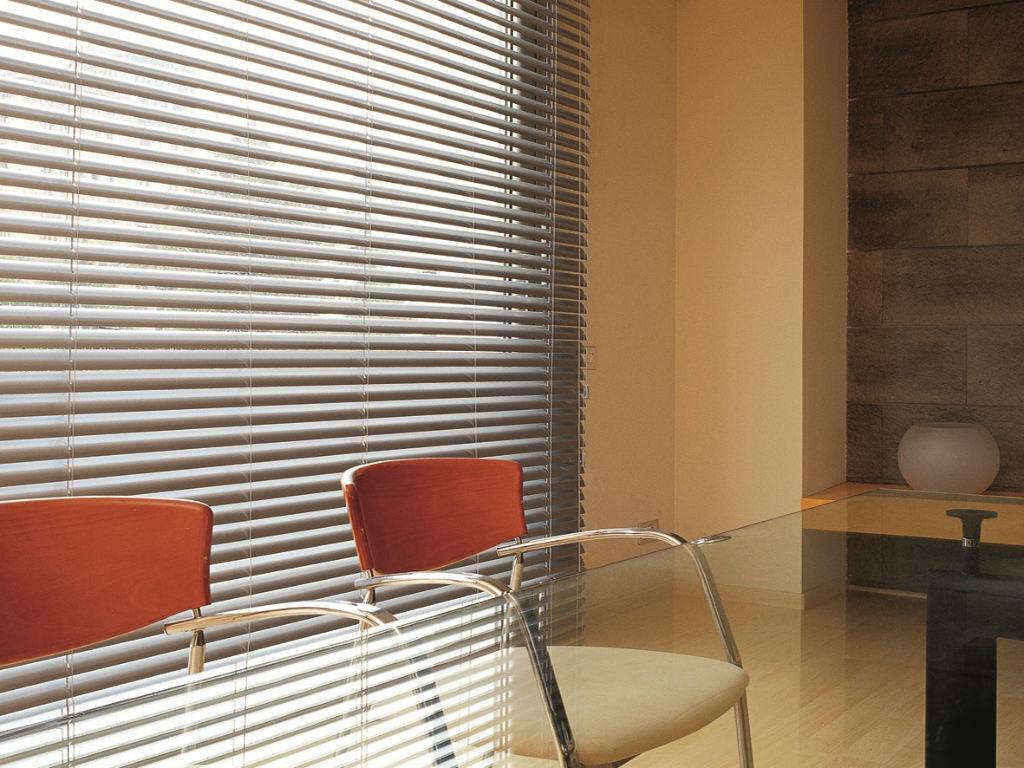 Veni_Stores020_ALU_Lamellen-horizontaal_Store-vénitien_horizontal-blinds-slats_50mm_zilvergrijs-eetkamer