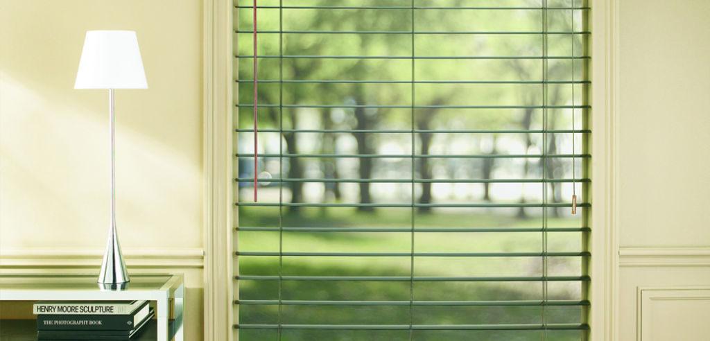 Veni_Stores023_ALU_Lamellen-horizontaal_Store-vénitien_horizontal-blinds-slats_groen-open-naar-tuin