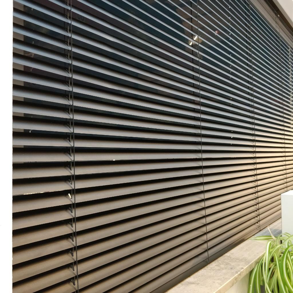 Veni_Stores029_ALU_Lamellen-horizontaal_Store-vénitien_horizontal-blinds-slats_25mm_mat-zwart_showroom_IMG_20171124_144721A