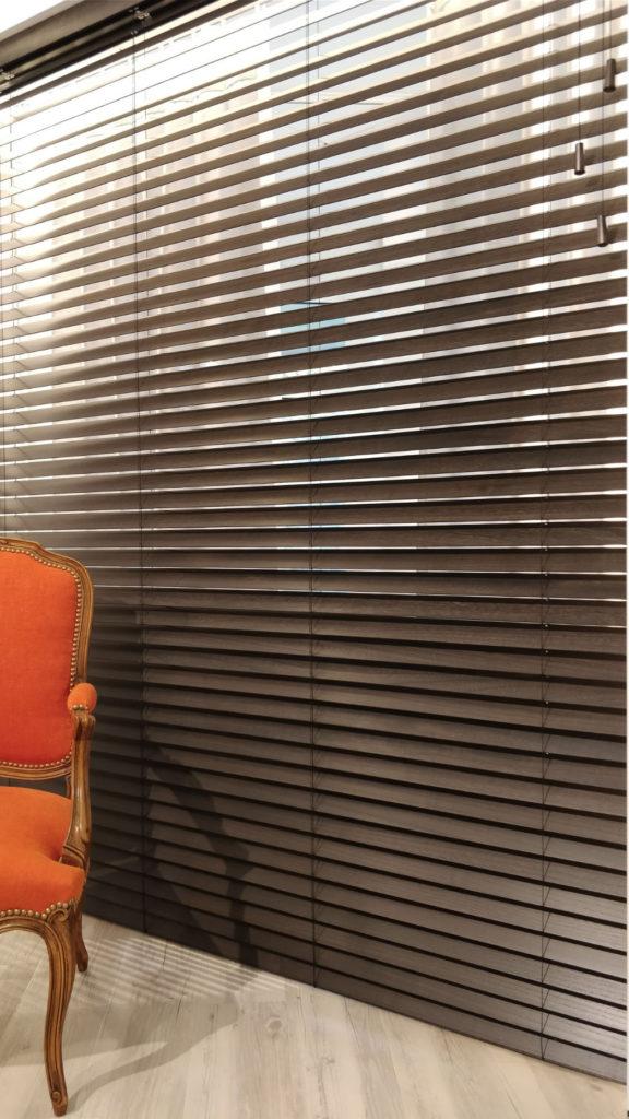 Veni_Stores048-Hout-bois_Lamellen-horizontaal_Lamelles-verticales_vertical-blinds-slats_50mm_secret-privé_phoenix_showroom_IMG_20171103_133853A