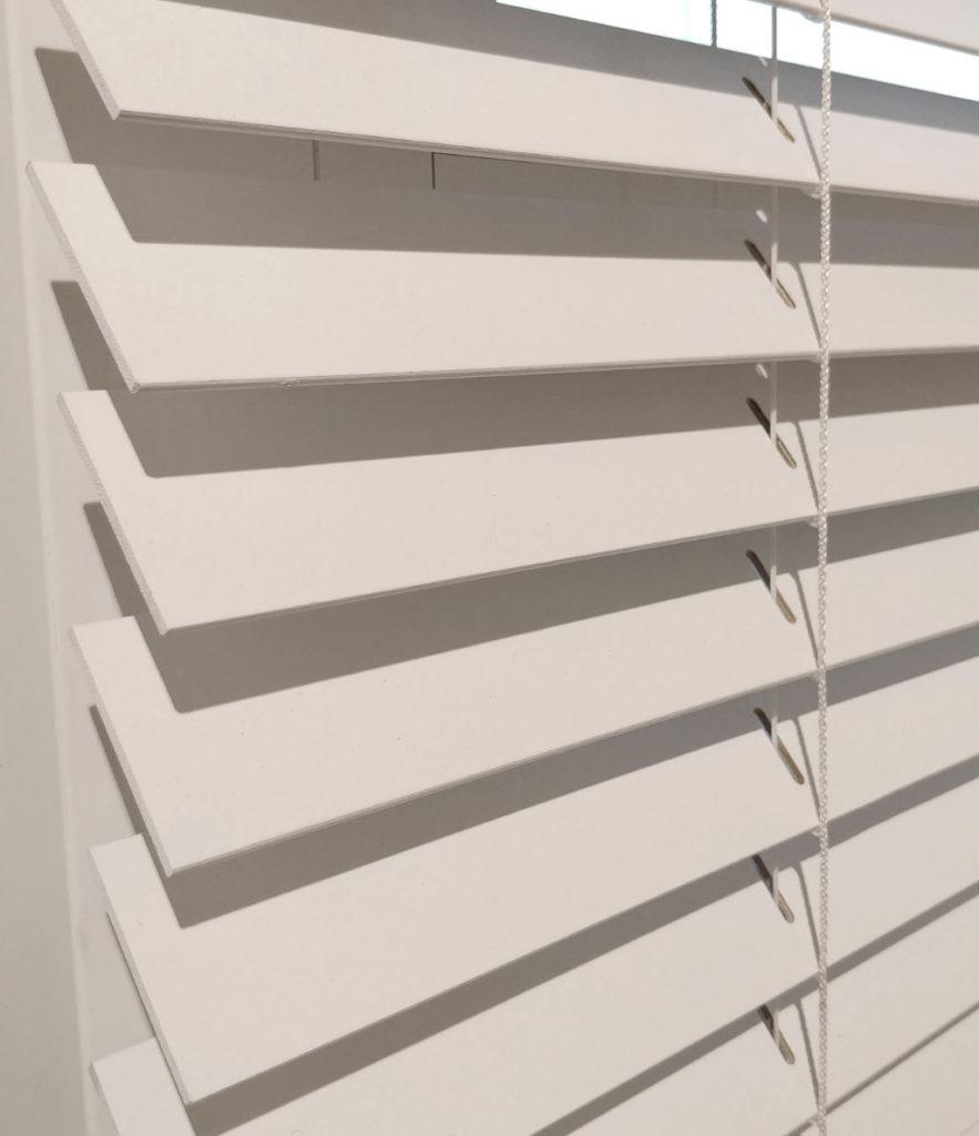 Veni_Stores050_Hout-bois_Lamellen-horizontaal_Store-vénitien_horizontal-blinds-slats_50mm_Basswood-wit_elektrisch-showroom_detail_IMG_20171123_145435A