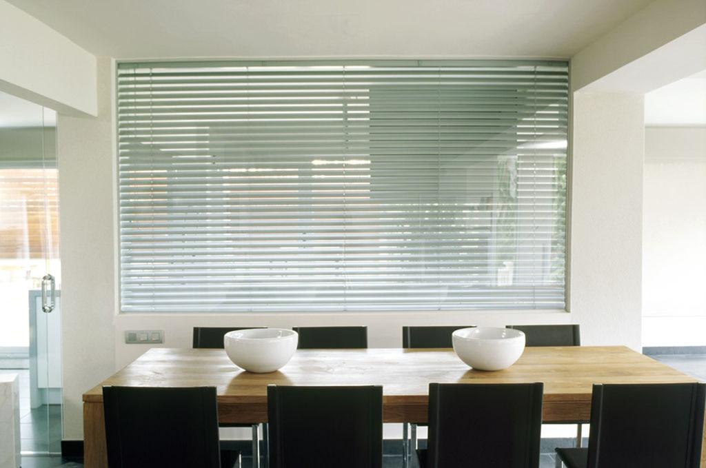 Veni_Stores065_ALU_Lamellen-horizontaal_Store-vénitien_horizontal-blinds-slats_50mm-elektrisch-motorisé_vergaderruimte-grijs