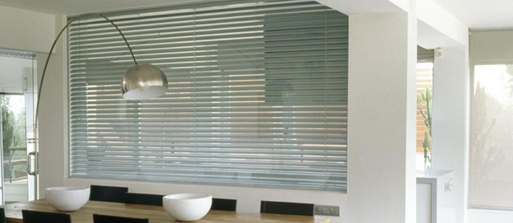 Veni_Stores066_ALU_Lamellen-horizontaal_Store-vénitien_horizontal-blinds-slats_50mm_elektrisch_motorisé_vergaderruimte-grijs1