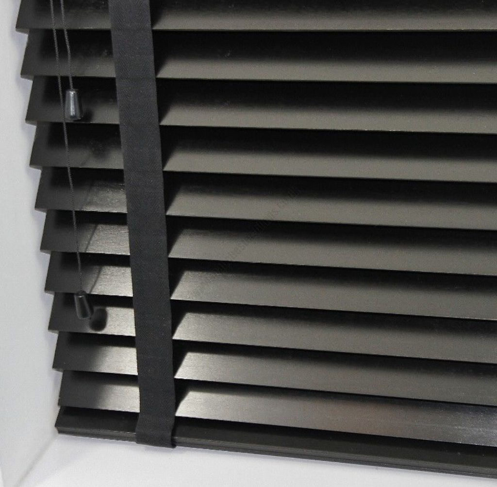 Veni_Stores088_Hout-bois_Lamellen-horizontaal_Lamelles-verticales_vertical-blinds-slats_50mm_ladderband-detail-onderaan