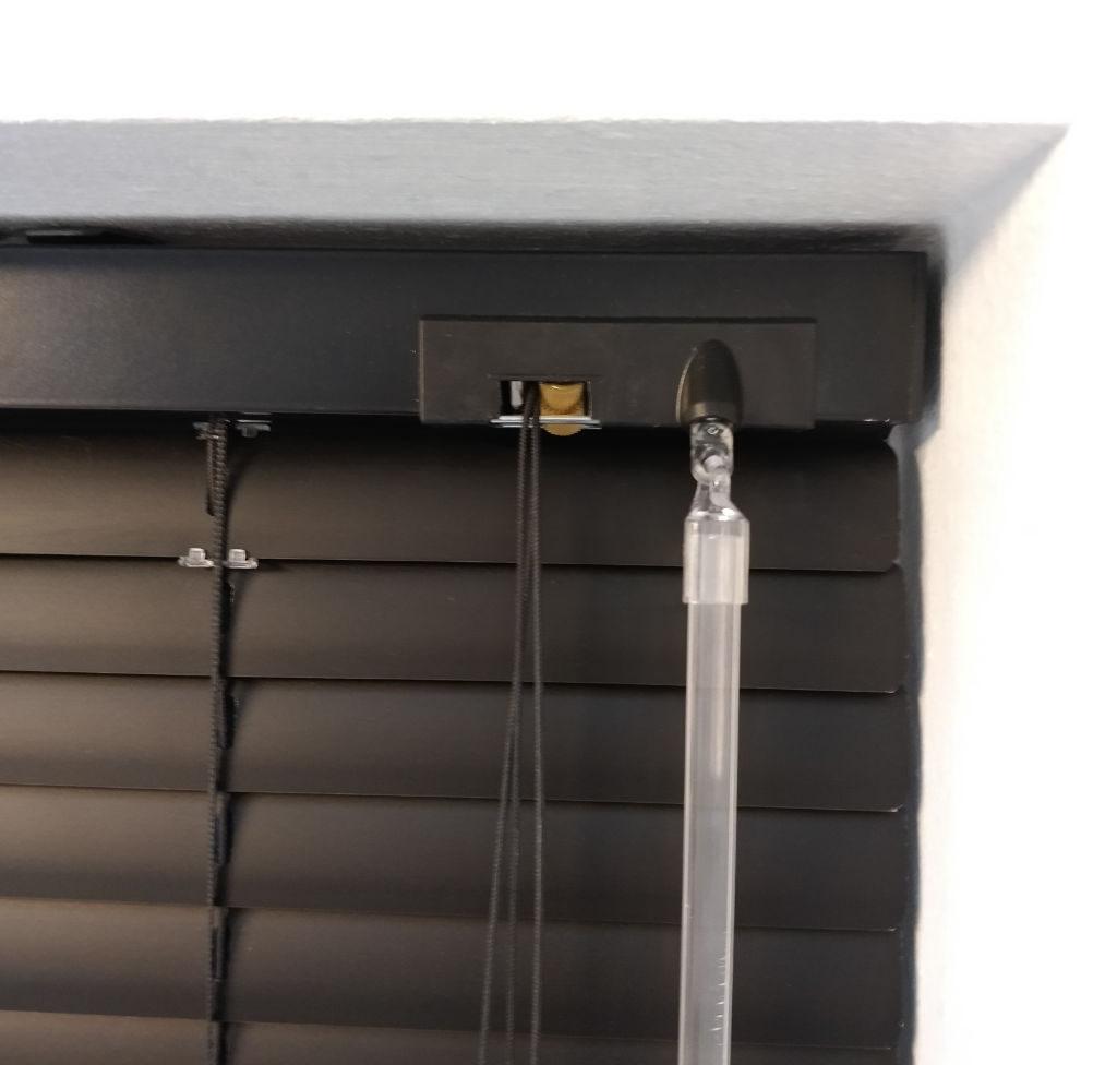 Veni_Stores112A_ALU_Lamellen-horizontaal_Store-vénitien_horizontal-blinds-slats_25mm_matzwart_optrek-en-kantelsysteem-detail_IDD_Showroom_IMG_20171124_094839A