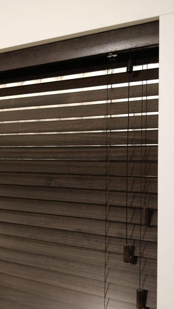 Veni_Stores114_Hout-bois_Lamellen-horizontaal_Store-vénitien_horizontal-blinds-slats__50mm_afdekprofiel_IDD_bruin_secret-koordbediend_showroom_IMG_20171123_150252