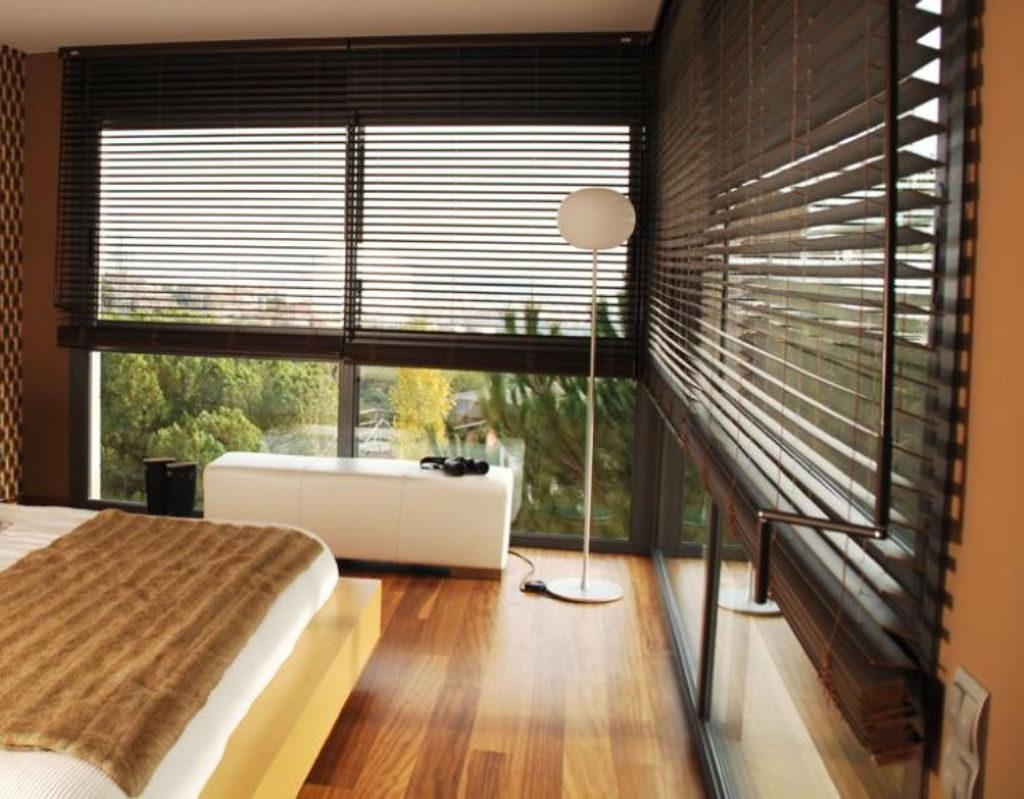 Veni_Stores115_Hout-bois_Lamellen-horizontaal_Store-vénitien_horizontal-blinds-slats_50mm_handbediend-met-draaistang