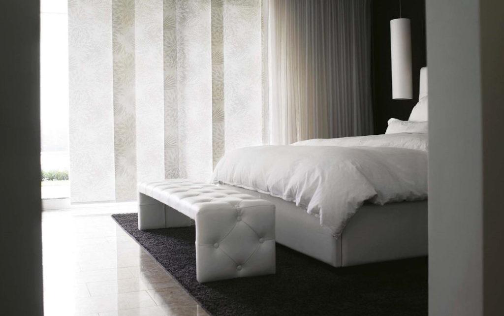 Panels_Stores003_Paneelgordijnen_panneaux-Japonnais_Panel-track_flaechenvorhang_Mix&Match_doorschijnend-grijs-wit_tamissant-blanc-gris_slaapkamer