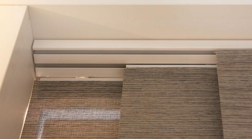 Panels_Stores066_Paneelgordijnen_panneaux-Japonnais_Panel-track_flächenvorhang_Screen-structuur_Showroom_rail-detail_IMG_2712Acut