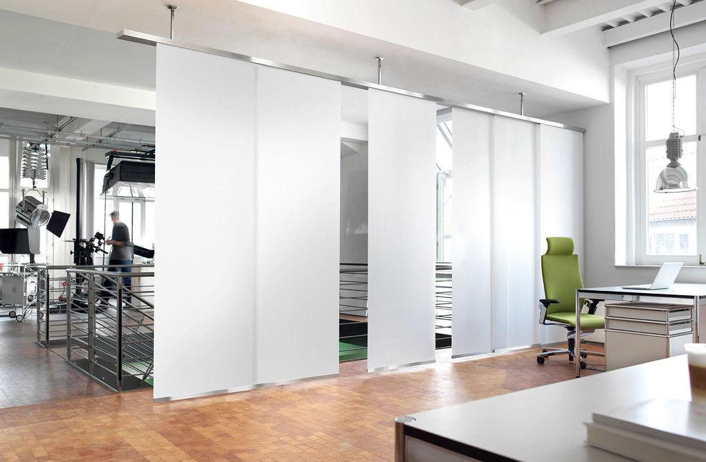 Panels_Stores076_Paneelgordijnen_panneaux-Japonnais_Panel-track_flaechenvorhang_roomdivider-plafondmontage-op-pendels_bureau_slider