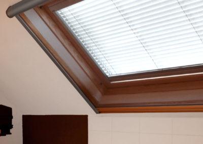 Velux_Stores000_ALU_Lamellen-horizontaal_Store-vénitien_horizontal-blinds-slats_25mm_idd_veluxraam_badkamer3